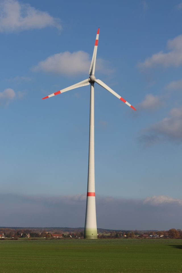 Windenergieanlage mit Rotor - ales in grau. Rote Streifen als Warnsignal.