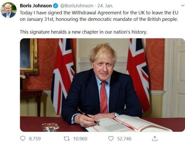 Boris Johnson vor zwei britischen Flaggen bei der Unterzeichnung des Austrittsabkommens.