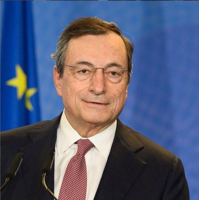 Mario Draghi mit Brille, dunklen Haaren, in einem dunklen Sakko mit weißem Hemd und roter Krawatte.