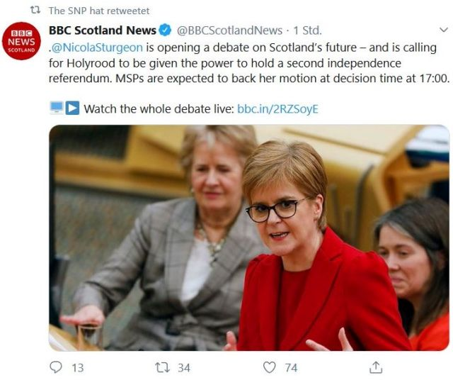 Nicola Sturgeon im roten Blazer bei einer Rede im Regionalparlament in Edinburgh.