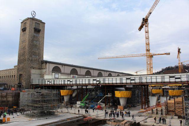 Blick auf die Baustelle. Links der Turm des bisherigen Bahnhofs, Franen, die Baugrube für den unterirdischen Bahnhof der Zukunft.