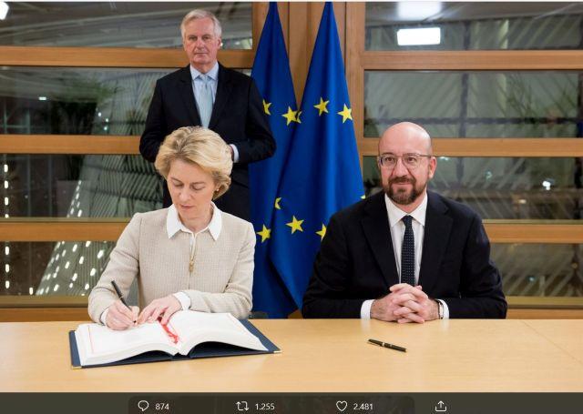 Ursula von der Leyen im hellen Oberteil mit blonden Haaren. Neben ihr Charles Michel und im Hintergrund Michel Barnier - jeweils in dunklen Anzügen.