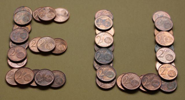 Die Buchstaben E und U gelegt mit Zwei-Cent-Münzen.