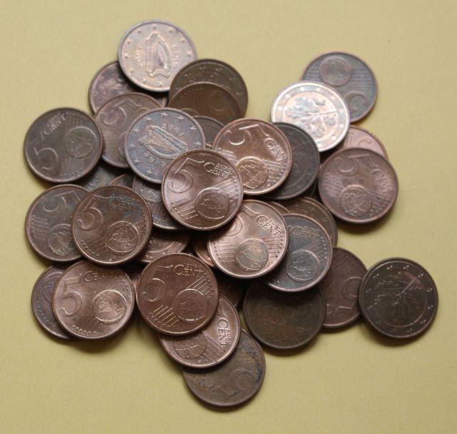 Kleines Häufchen mit Fünf-Cent-Münzen.