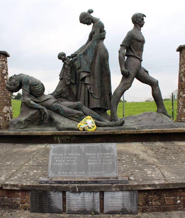 Denkmal bei Tralee. Eine Frau und ein Kind, daneben ein getöteter Kämpfer.
