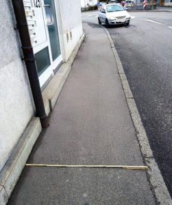 Gehweg mit einem Metermaß. 120 cm breit.