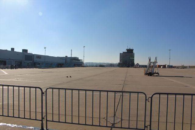 Leere Asphaltfläche vor dem Terminal. Hier standen früher die Flugzeuge in Reih und Glied.