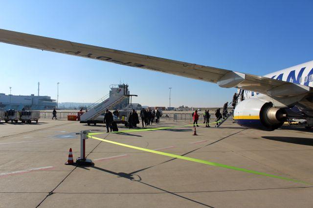 Pasagiere steigen in ein Flugzeug von Ryanair über eine Trepe ein. Im Umfeld kein weiteres Flugzeug.