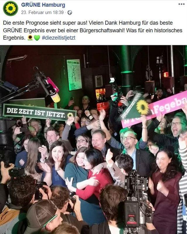 Wahlparty der Grünen in Hamburg am Wahlabend. Begeisterte Mitglieder liegen sich in den Armen. In der Mitte Katharina Fegebank.