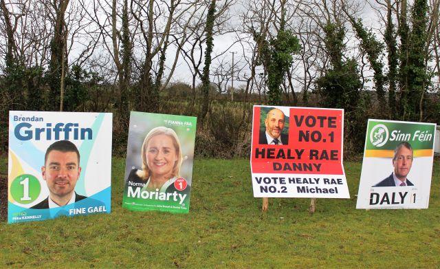 Wahlplakate in Kerry am Straßenrand.