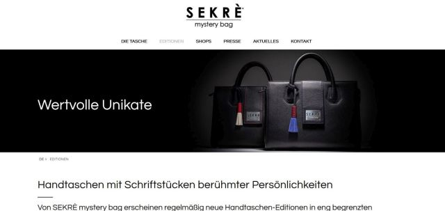 """Eine Handtasche von Sekrè mit dem Text: """"Handtaschen mit Schriftstücken berühmten Persönlichkeiten"""""""