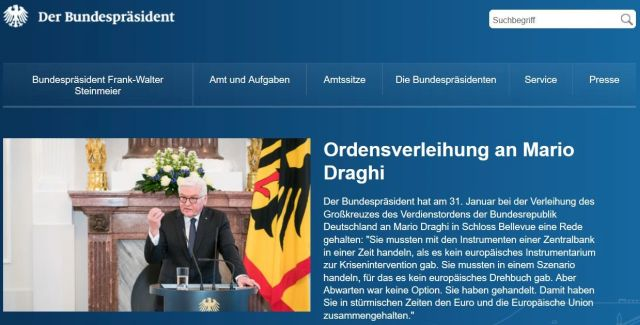 Breite Darstellung der Ehrung auf der Internet-Seite des Bundespräsidenten, Frank-Walter Steinmeier am Rednerpult vor der deutschen Flagge.