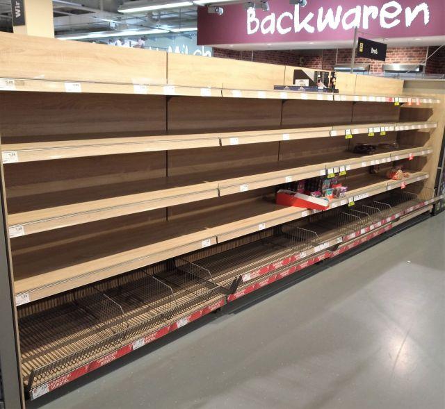 """Leeres Regal für """"Backwaren"""" in einem Supermarkt."""