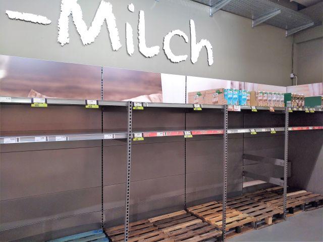 Leeres Regal für Milch in einem Supermarkt.