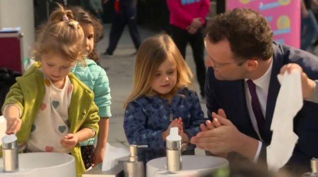 Jens Spahn beim Händewaschen mit Kindern.