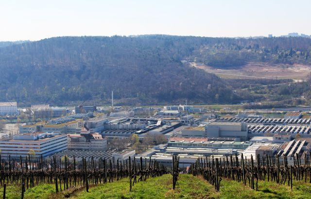 Blick auf das Neckartal bei Esslingen. Der Talboden ist mit Fabrikgebäuden belegt.