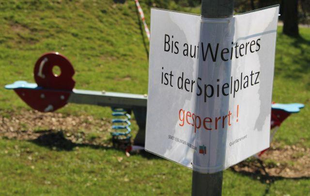 """Schild mit dem Text """"Bis auf Weiteres ist der Spielplatz"""" gesperrt."""