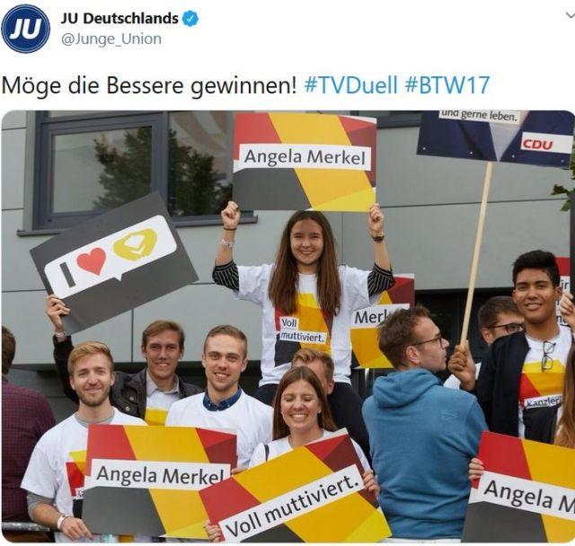 """Mitglieder der Junge Union mit Schildern """"Voll muttiviert""""."""