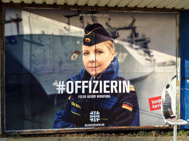 """Werbeplakat der Bundeswehr mit junger Frau in Uniform. """"#Offizierin""""."""