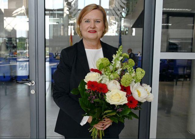 Eva Högl mit großem Blumenstrauß.
