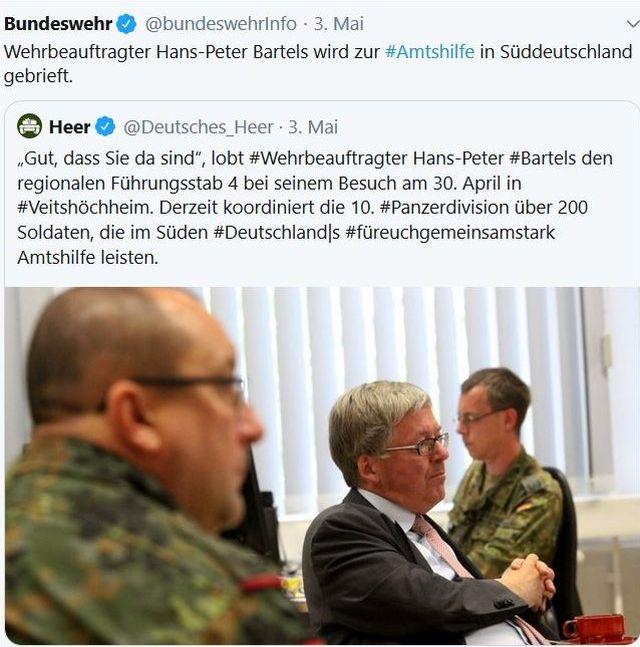 Hans-Peter Bartels und zwei Soldaten der Bundeswehr in Uniform.