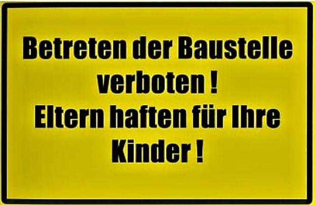 """Gelbes Schild mit schwarzer Schrift: """"Betreten der Baustelle verboten! Eltern haften für ihre Kinder""""."""