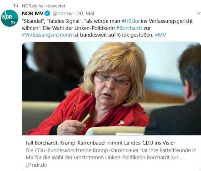 Barbara Borchardt im roten Blazer dreht sich zu einem Fraktionskollegen um. Der NDR berichtet über heftige Kritik an ihrer Wahl zur Verfassungsrichterin.