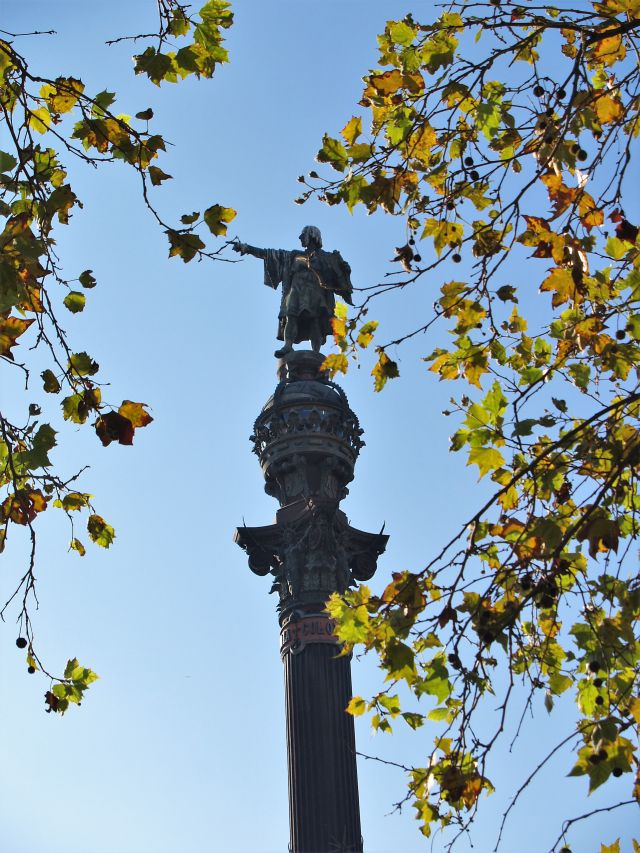 In Barcelona steht Kolumbus auf einer hohen Säule und zeigt aufs Meer.
