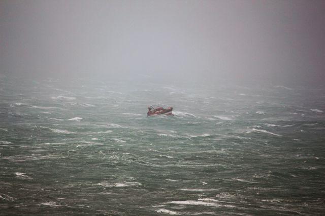 Fischtrawler in schwerer See.