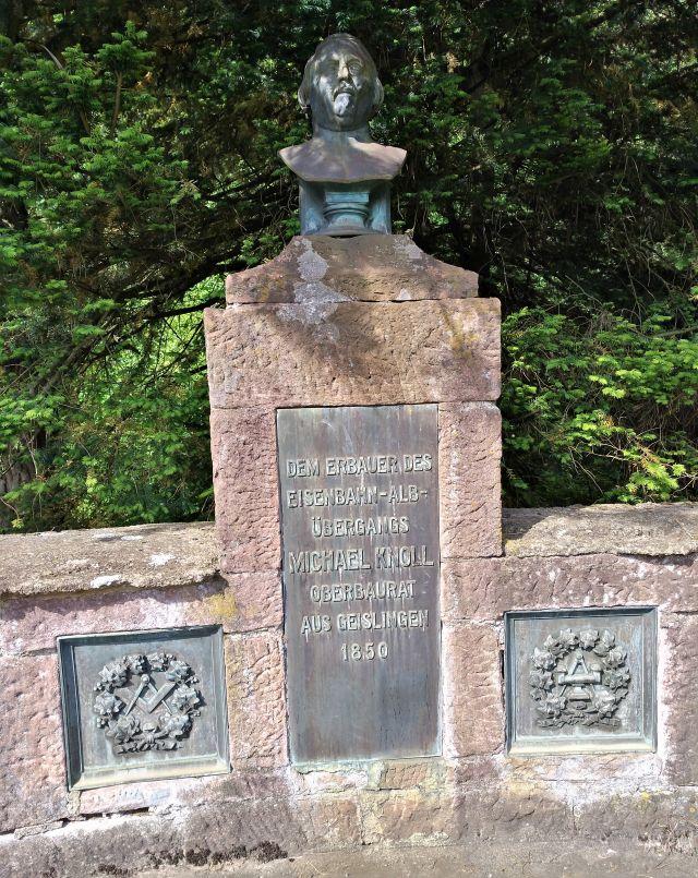 "Zentraler Teil des Knoll-Denkmals mit dem Text ""Dem Erbauer des Eisenbahn-Alb-Übergangs Michael Knoll Oberbaurat Aus Geislingen 1850""."