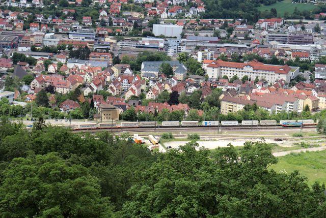 Blick von den Burg Helfenstein auf Geislingen. Im Vordergrubnd passiert ein Güterzug.