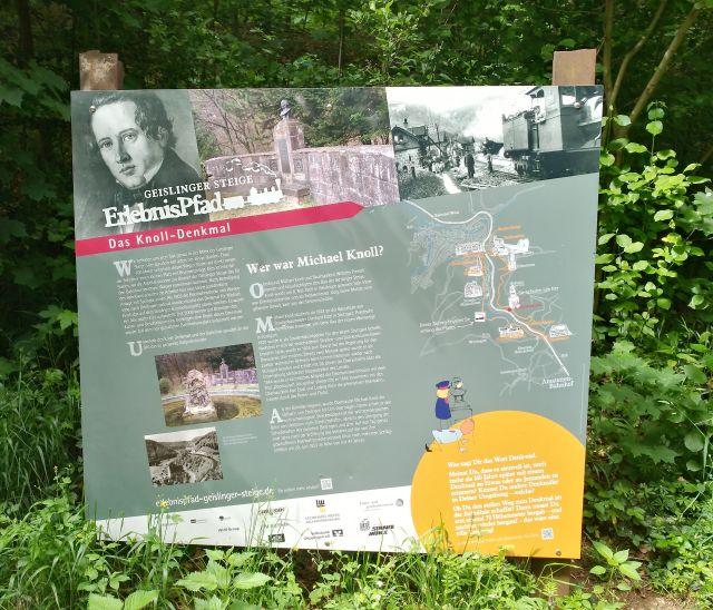 Informationstafel zum Michael-Knoll-Denkmal mit Fotos und einführendem Text.