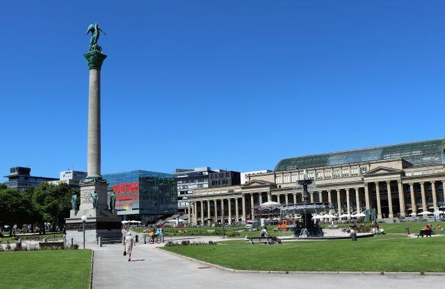 Der Schlossplatz in Stuttgart mit der Jubiläumssäule für König Wilhelm I. von Württemberg.