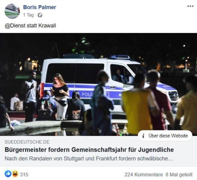 """Facebook-Post von Boris Palmer mit Ausriss aus der Süddeutschen Zeitung. Gezeigt wird ein Polizeifahrzeug umgeben von Randalierern. """"Dienst statt Krawall"""" schreibt OB Boris Palmer."""