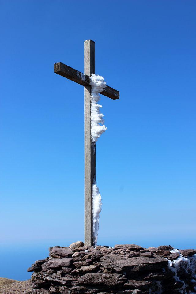 Gipfelkreuz auf dem Mount Brandon mit Eiskritallen, die den Körper Christi andeuten.