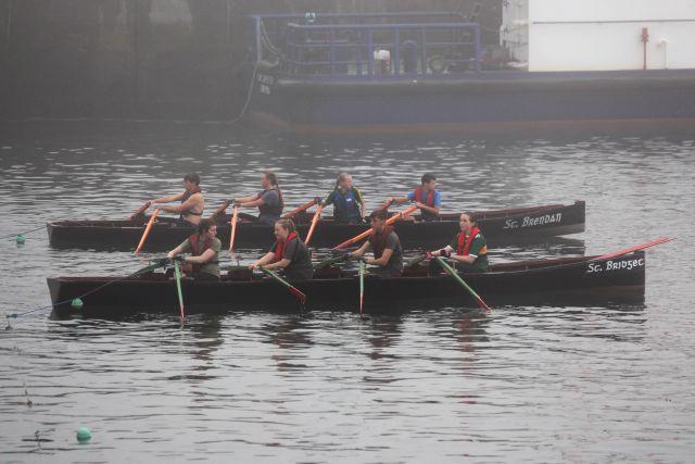 Zwei Currachs - Ruderboote mit je vier Personen.