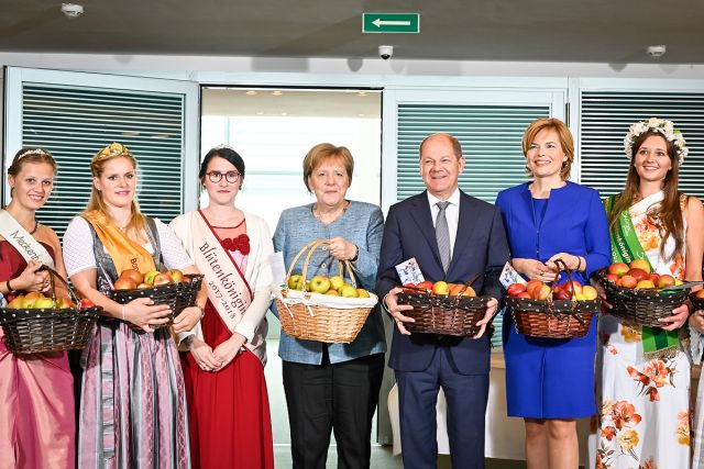 Olaf Scholz, Angela Merkel und Julia Klöckner mit 'Apfelköniginnen'.