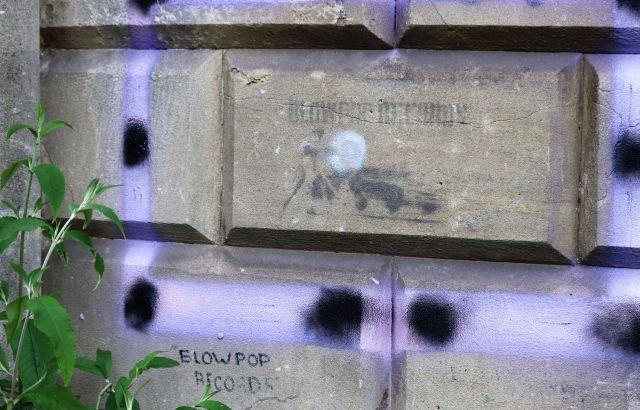 Ein kleines Graffito von Bansy. Schwer zu erkennen: EinTorero, der sein Tuch über ein Auto mit Hörnern schwenkt. 'Blowpop Records'ist noch als Schrift zu lesen.