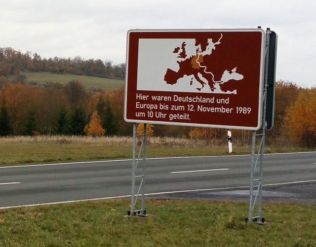 """Schild an der früheren Zonengrenze bzw. Grenze zur DDR. """"Hier waren Deutschland und Europa bis zum 12. November 1989 um 10 Uhr geteilt."""""""