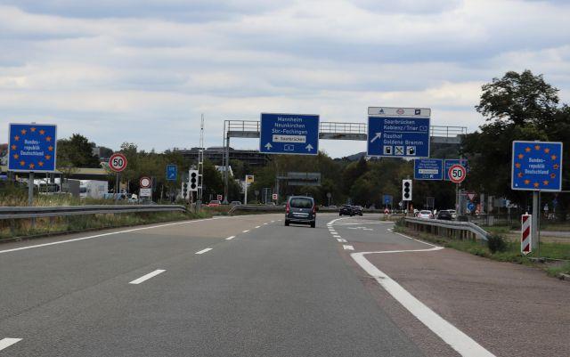 """Grenzübertritt von Frankreich nach Deutschland im Saarland. Nur die Schilder """"Bundesrepublik Deutschland"""" machen die Grenze deutlich."""