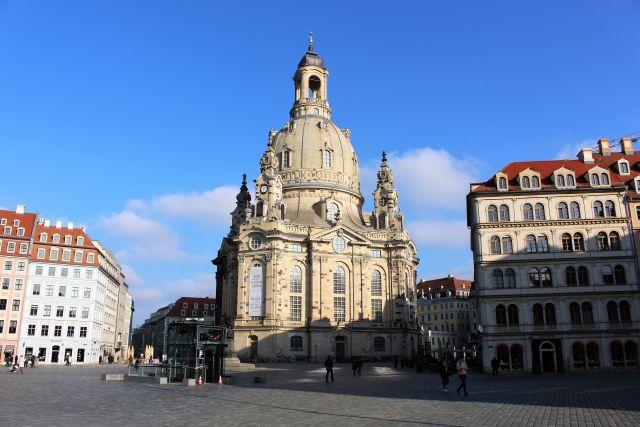 Dresdner Frauenkirche und umgebende restaurierte Gebäude.