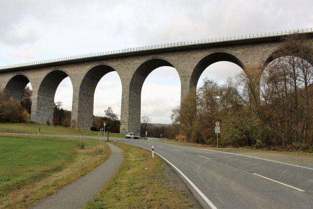 Mehrbogige Brücke aus gemauerten Natursteinen.