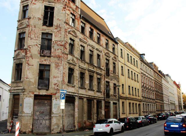 Mehrstockiges Gebäude in sehr schlechtem Zustand.