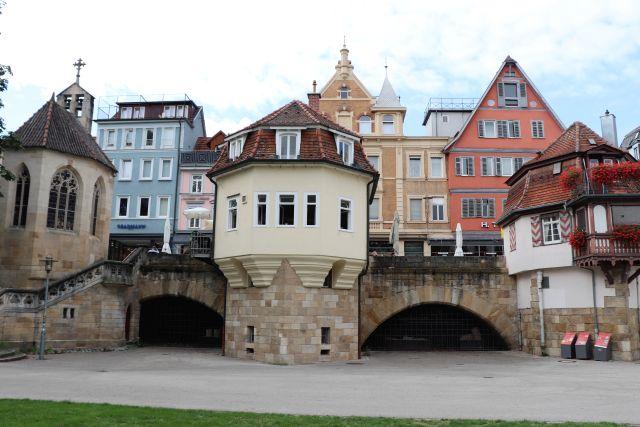 Gebäude in verschiedenen Farben oberhalb der Torbogen der Inneren Brücke.