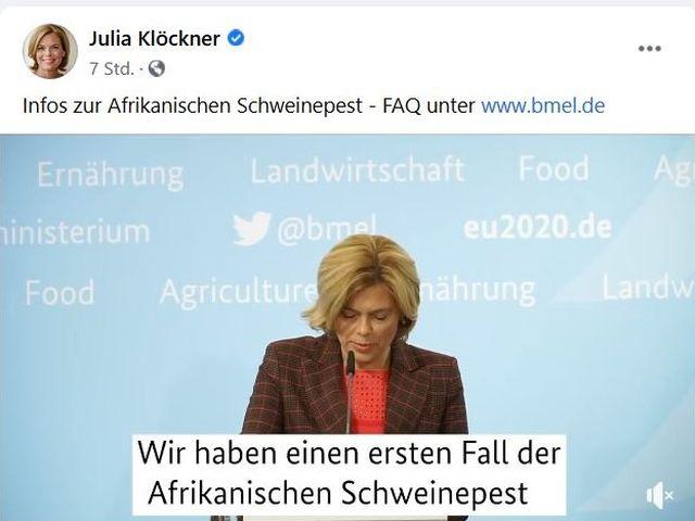 """Julia Klöckner in einem Facebook-Post mit der eingeblendeten Schrift """"Wir haben einen ersten Fall der Afrikanischen Schweinepest""""."""