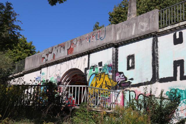 Vom tieferliegenden Neckar (Fluss) aus fotografierte Graffiti. Schmierereien ohne erkennbaren Inhalt.