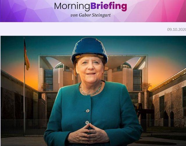 Bundeskanzlerin Merkel mit blauem Bauhelm in einer Fotomaotage.