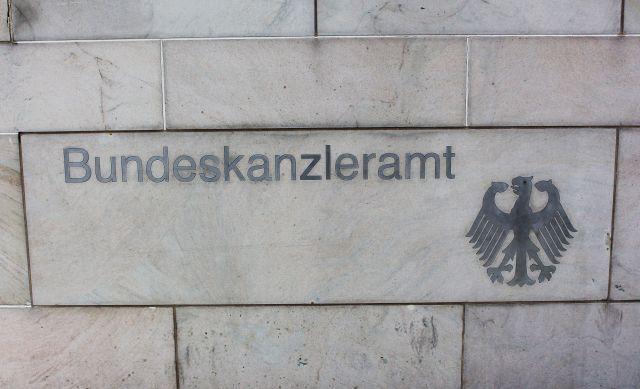 """Schriftzug """"Bundeskanzleramt"""" mit Bundesadler an einer Marmorwand."""