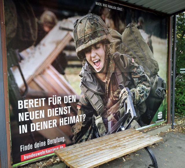 """Plakat der Bundeswehr mit einer jungen Soldatin """"Bereit für den neuen Dienst in deiner Heimat""""."""