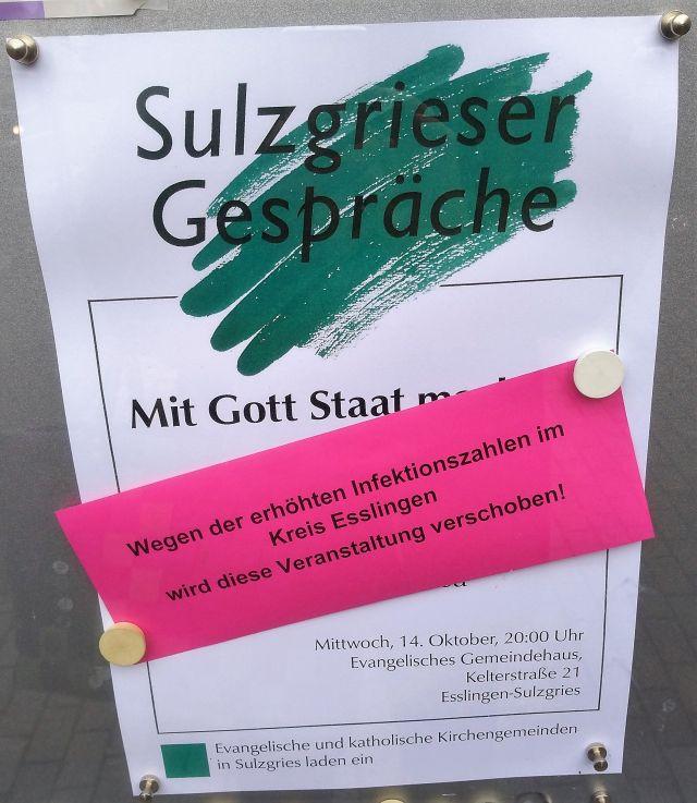 """Plakat für einen Vortrag in der Reihe Sulzgrieser Gespräche mit rotem Zettel überklebt: """"Wegen der erhöhten Infektionszahlen im Kreis Esslingen wird diese Veranstaltung verschoben!"""""""